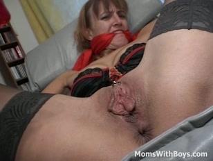 Fisting per la mammina che ama i pompini