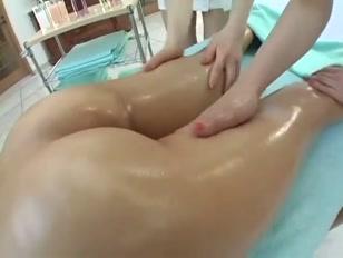 Massaggio sexy tra le tette giapponesi