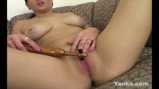 Figa aperta per masturbarsi con il mini vibratore