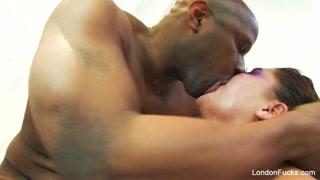 Porno nero e passionale con una troia che lo cavalca e suka