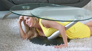 Nascosta sotto al tavolino
