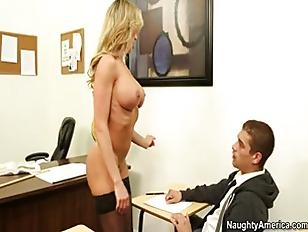 Bella segretaria si scopa il giovane prestante. Da no nperdere assolutamente da vedere!