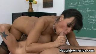 Donna matura scopa sulla cattedra mentre è a scuola