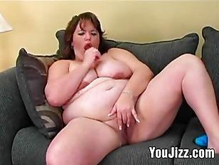La donna dalle grosse forme che succhia cazzi di gomma