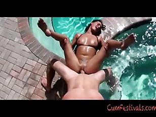 Mora sexy e abbronzata si fa sbattere in piscina