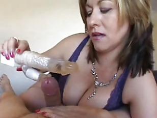 Pazza moglie matura si masturba il amante con un vibratore