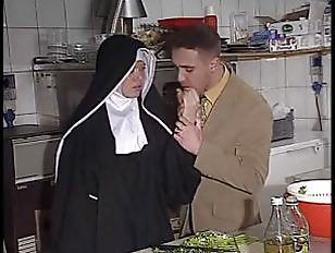 La suora dona con gioia e amore il proprio culetto
