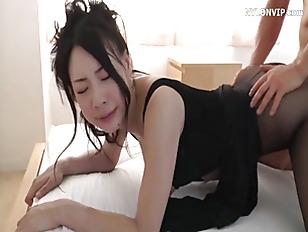 Giovane asiatica, molto esperta, si fotte un ragazzo.