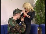 La tettona bionda e il soldato amano il sesso orale