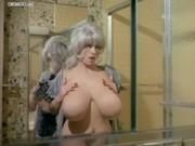 Supertettona in vasca da bagno fa fare tante fantasie sessuali.