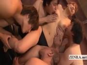 La bella giapponese si fa leccare tutto il corpo sodo